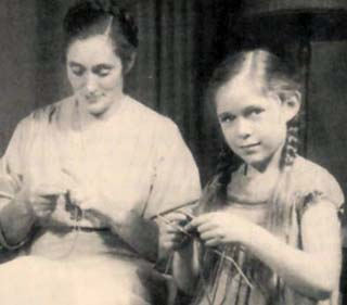 elizabeth zimmermann and young Meg Swansen knitting, Meg in braids